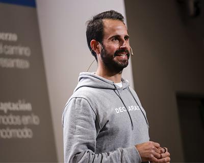 Vicente, CEO de la empresa, explicando las novedades fiscales para los autonomos 2021