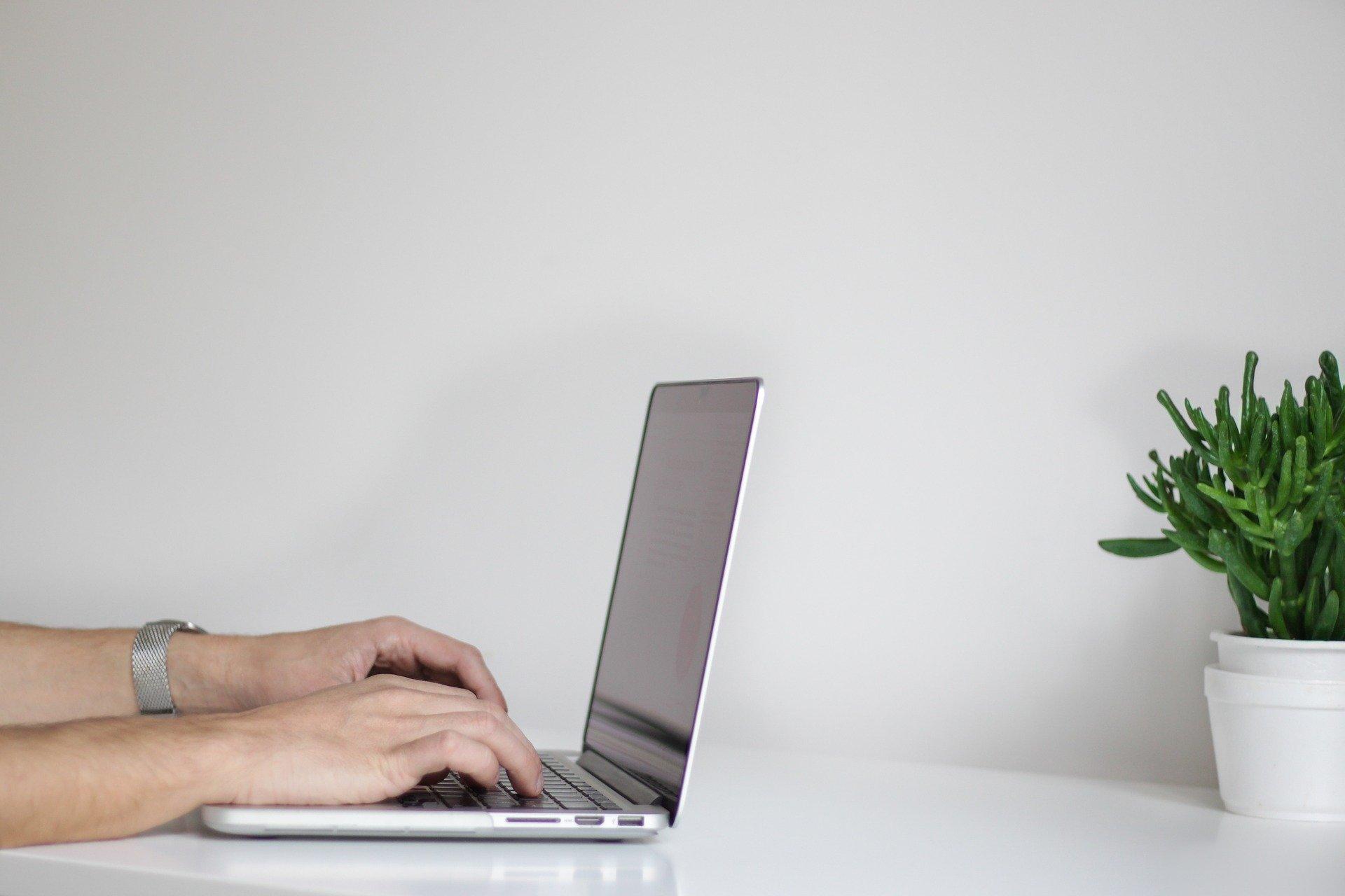 chico mirando en el ordenador cómo ser autónomo siendo extranjero