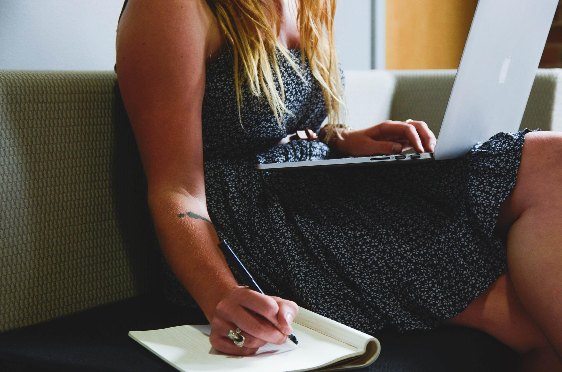 Una mujer buscando información sobre el Intrastat