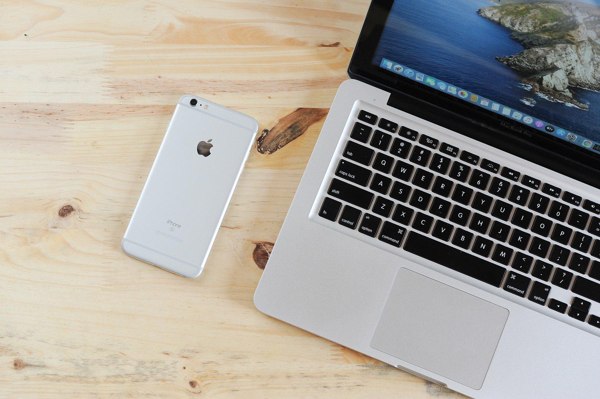 Un móvil y un ordenador para mirar qué gestoría online gratis elegir
