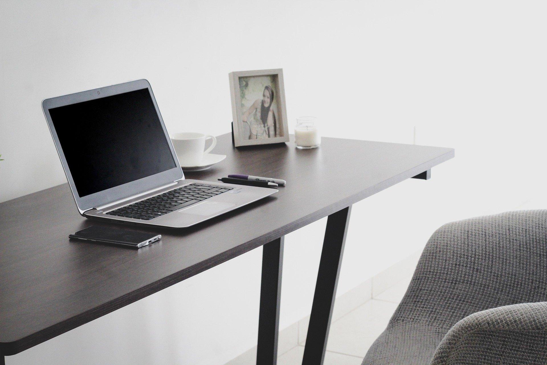 Una mesa con un portátil para capitalizar el paro
