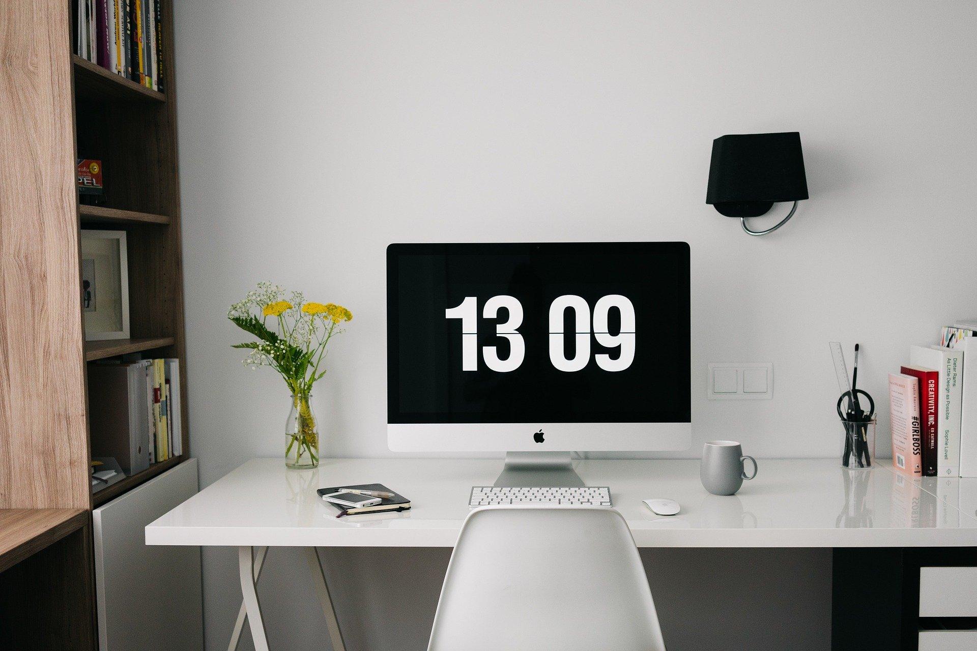 un ordenador en un escritorio para ver la prorrata en el modelo 390