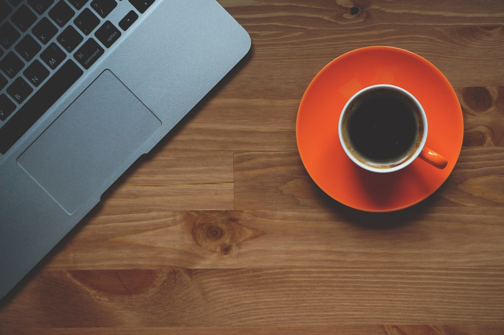 Un ordenador y un café para ver los requerimientos de Hacienda y la Seguridad Social
