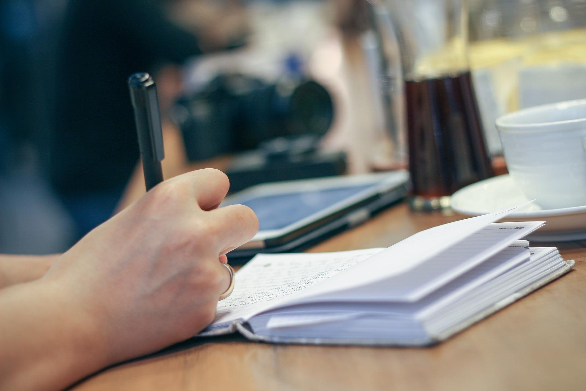 Una libreta y un ipad para escribir la base de cotización de los autónomos