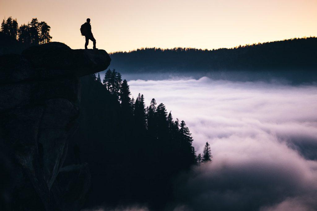 Persona en una montaña simbolizando el inicio de una nueva aventura laboral