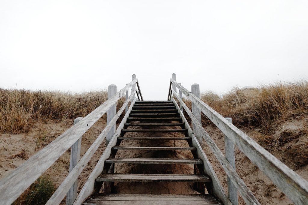 Escalera en una playa