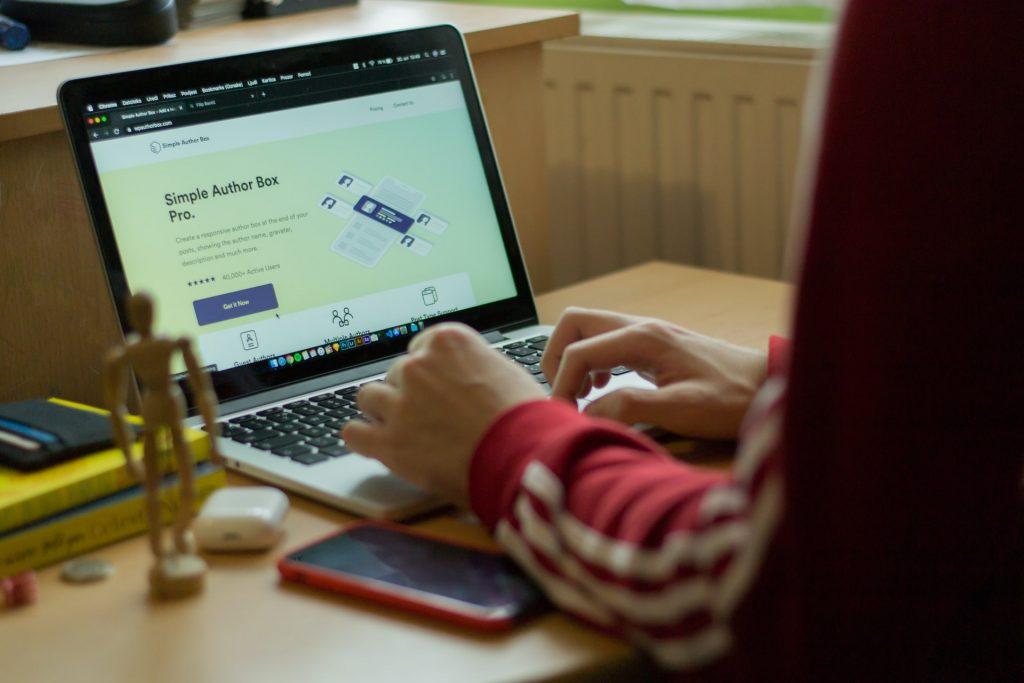 Persona creando su blog