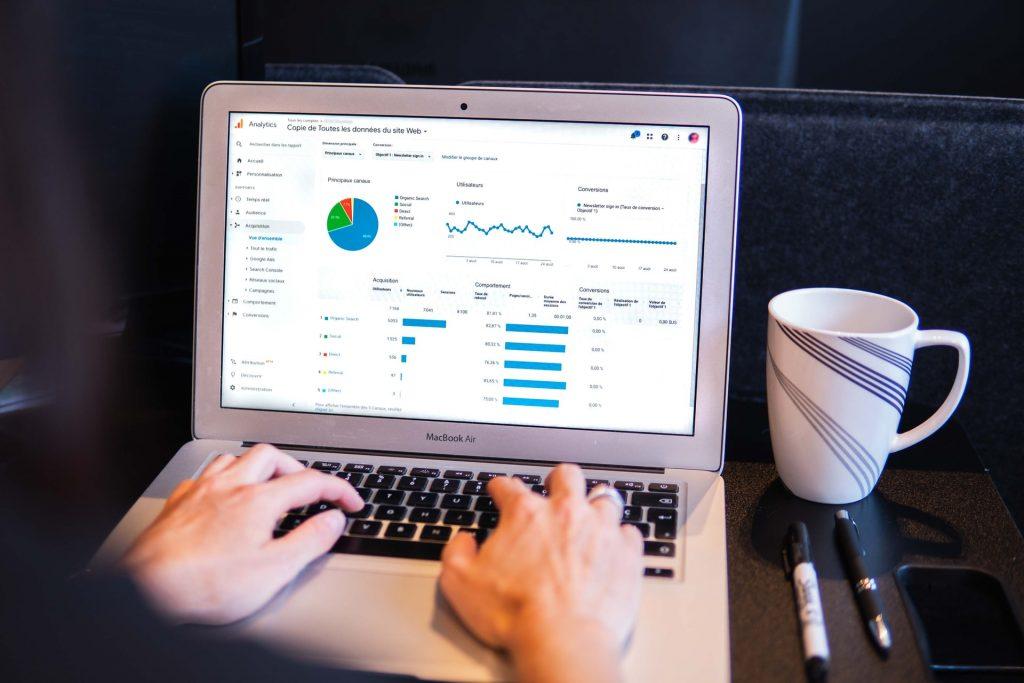 Autónomo instalando Google Analytics para crear su blog