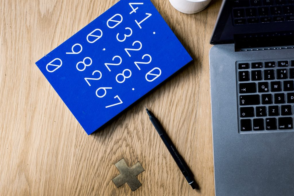 Calculadora y ordenador simbolizando la fijación de precios de un autónomo si